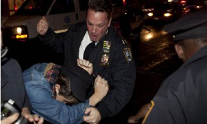 US Police beaten a demonstrator with fest in wall street